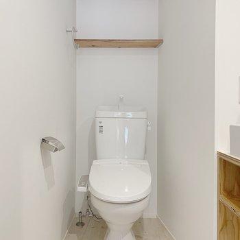 【1F】トイレは洗面台の奥にあります。