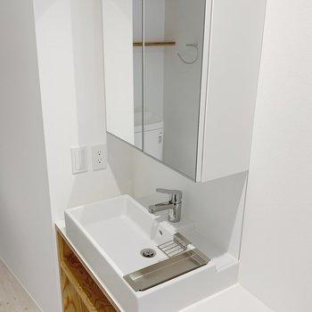 【1F】独立洗面台。収納も少しあって嬉しいです。