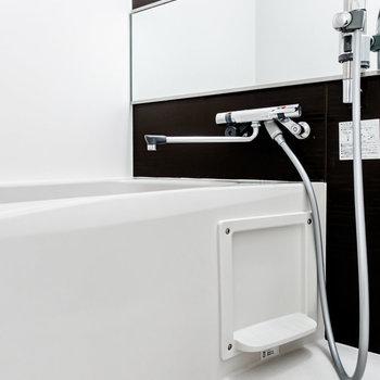 乾燥機付きの浴室。大きな鏡が嬉しい。