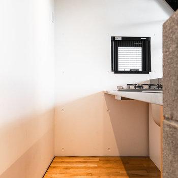 二人並んでゆったり調理できます。冷蔵庫は左手奥側に設置可。