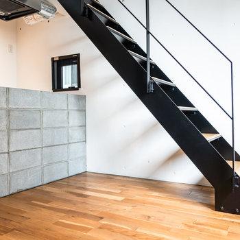 角度を変えて。階段の下は収納スペースにすると良さそう。