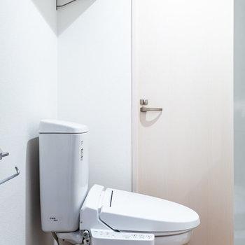 トイレの上にも棚が!