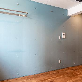 青色の壁が目を引きます。