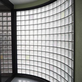 エントランスの窓はガラスブロック!