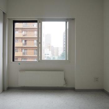 ここはリビング横の洋室。6帖で結構広々〜