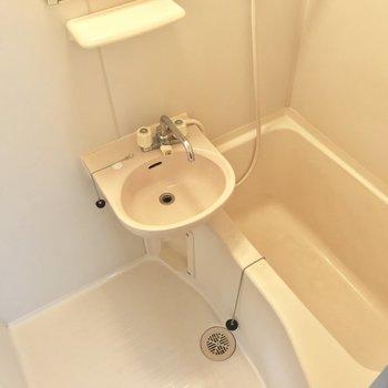 お風呂はちょっとコンパクトかな。(※写真は6階の反転間取り別部屋、清掃前のものです)