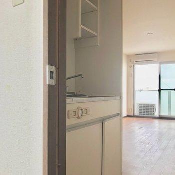 キッチンは扉開けてすぐなの。(※写真は6階の反転間取り別部屋、清掃前のものです)