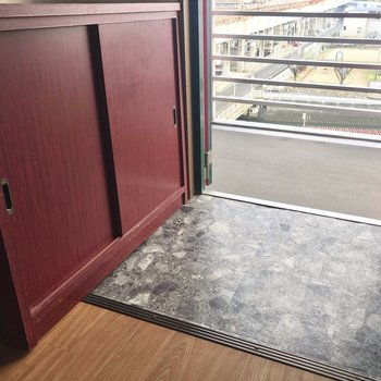 シューズBOXもテラコッタカラーで。(※写真は6階の反転間取り別部屋、清掃前のものです)