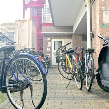自転車は入り口前に無造作に・・・