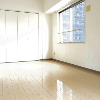 日当たり良好な洋室(※写真は6階の同間取り別部屋のものです)