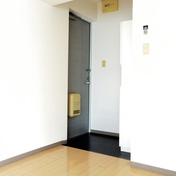 収納ボックスがある玄関(※写真は6階の同間取り別部屋のものです)