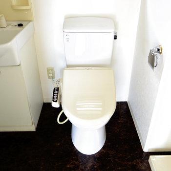 脱衣所の中にトイレ。いつでも綺麗にしておきたい(※写真は6階の同間取り別部屋のものです)