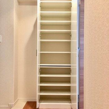 シューズボックスはこの容量。靴好きさん集まれ〜。(※写真は2階の同間取り別部屋のものです)