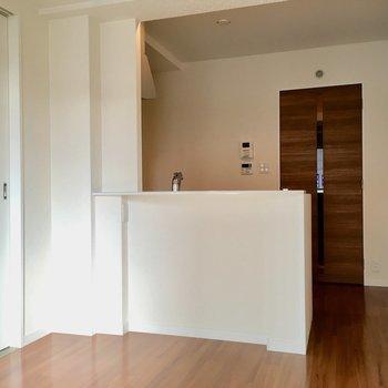 こちらは8.8帖のリビング。キッチンは対面キッチンなんですよ〜!(※写真は2階の同間取り別部屋のものです)