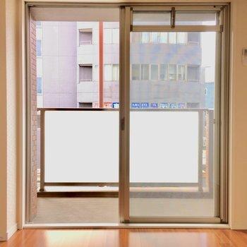 バルコニーへ出られる窓はこちらから〜(※写真は2階の同間取り別部屋のものです)