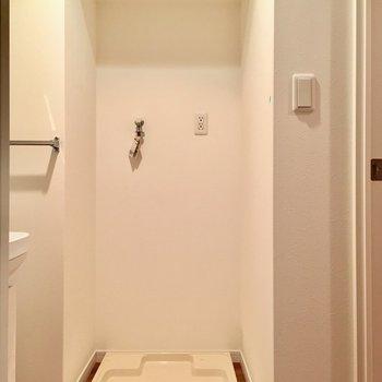 洗面台横が洗濯機置き場。(※写真は2階の同間取り別部屋のものです)