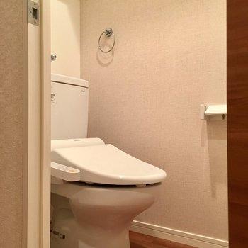 ウォシュレット付きのトイレ。清潔感ありますね〜!(※写真は2階の同間取り別部屋のものです)