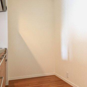 そしてなにより、キッチンスペースの広さ。後ろに冷蔵庫を置いてもゆったりスペースがありますよ。(※写真は2階の同間取り別部屋のものです)