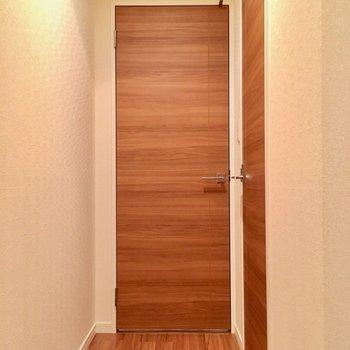 水回りは玄関横の通路から。手前のドアは?(※写真は2階の同間取り別部屋のものです)