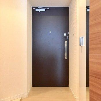 玄関付近も広々スペース。(※写真は2階の同間取り別部屋のものです)