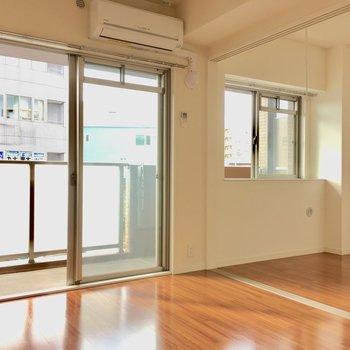 窓は南向き!2面の窓がしっかり光を取り込みます。(※写真は2階の同間取り別部屋のものです)