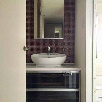 水回りはいって正面に洗面台。洗面ボウルがまあるくて可愛い〜!(※写真は清掃前のものです)