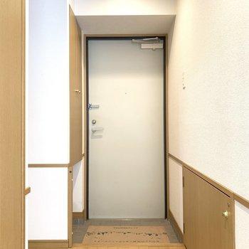 玄関はシンプル(※写真は2階の同間取り別部屋のものです)