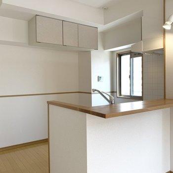 カウンターキッチンは窓付きだし、空間もゆったり(※写真は2階の同間取り別部屋のものです)