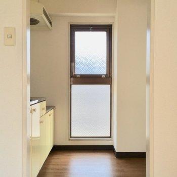 キッチンは孤立空間。後ろに冷蔵庫などおけます。