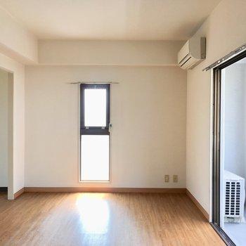 角部屋だから窓があっちにも。ちょこんとかわいい。