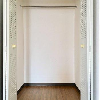 シャビーでレトロな扉はクローゼット。