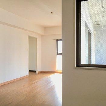 洋室側にも窓があるので明るいです。