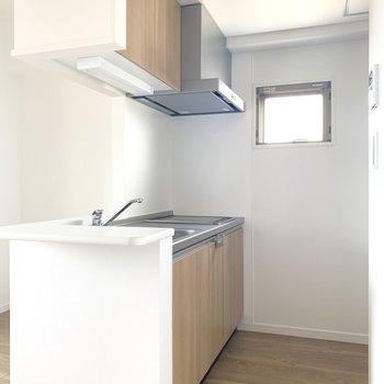 キッチンにも小窓!反対側は冷蔵庫置き場