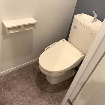 トイレはウォシュレットと上部に棚付き♪(※写真は2階の同間取り別部屋のものです)