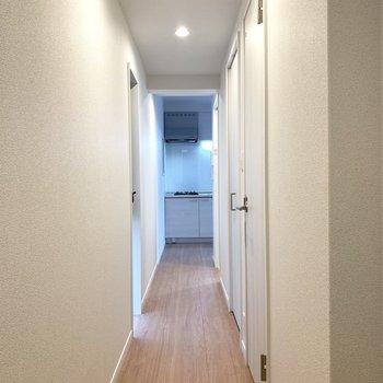 ながーい廊下沿いには水回り(※写真は2階の同間取り別部屋のものです)