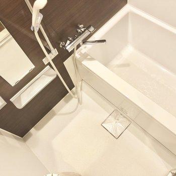 お風呂場はコンパクトですが清潔感がきちんとあります。