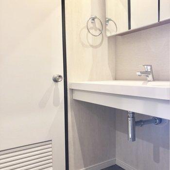 脱衣所兼洗面所。奥にトイレが。