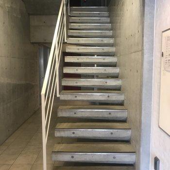 共用部もおしゃれなの。ここは階段!
