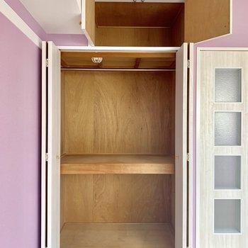 【洋室】棚を使って工夫すれば沢山入りそうです。