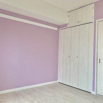 【洋室】ピンクとマッチしているクローゼットの扉。