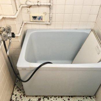 お風呂はちょっと古めですね。※写真はクリーニング前のものです