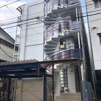 螺旋階段が特徴的な外観。