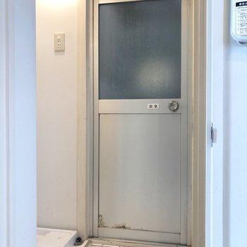 ここは脱衣スペースに。洗濯機置場も左にあります。※写真はクリーニング前のものです