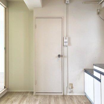 水回りはこの扉から。※写真はクリーニング前のものです