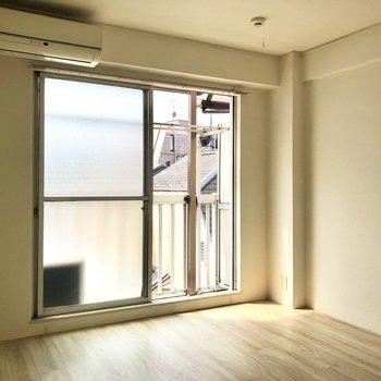【洋室①】窓も大きい。※写真はクリーニング前のものです