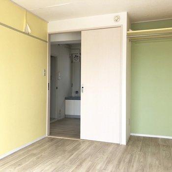 【洋室②】お隣のお部屋は黄色がメイン。※写真はクリーニング前のものです