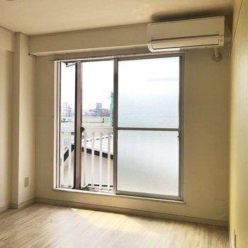 【洋室②】二部屋ともエアコンついてるの嬉しいですね〜。※写真はクリーニング前のものです