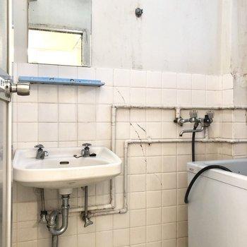 お風呂には、これからパネルが貼られます。(9月中)※写真はクリーニング前のものです
