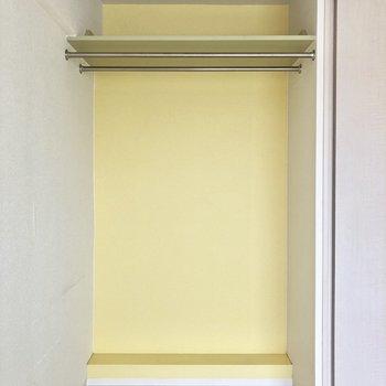 【洋室①】オープンな収納。※写真はクリーニング前のものです