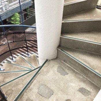 この螺旋階段を上がっていきます。